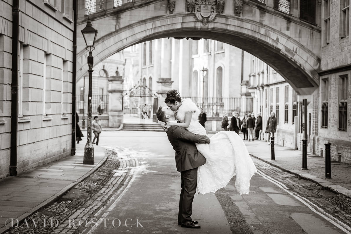 Hertford College Oxford wedding Bridge of Sighs kiss